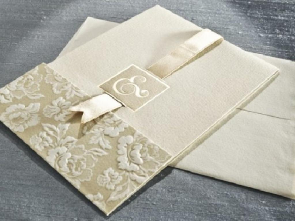 Invitatie de nunta crem cu decupaj si funda bej
