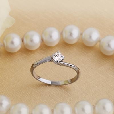 Inel de Logodna Solitaire Dama Aur Alb 18kt cu Diamant Rotund Briliant in Setare Gheare, Montura Rasucita Model: RD365W