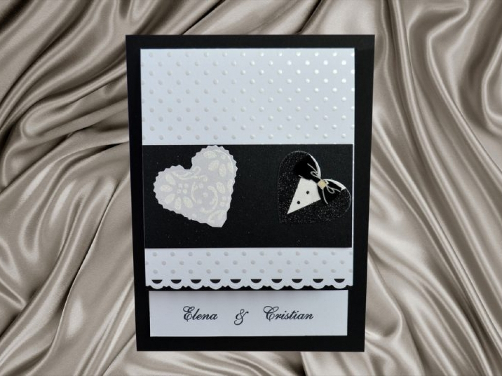 Invitatie de nunta alb si negru cu inimioare costumate in mire si mireasa