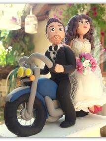 Figurina pentru tort - Mire si mireasa cu motocicleta