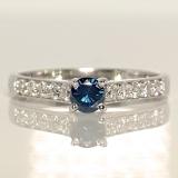 Inel de logodna din aur cu diamant albastru si diamante i056DbDi