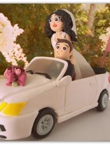 Figurina pentru tort - Mire si mireasa in masina