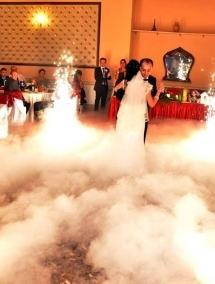 Pachetul cu 8 artificii si doua masini de fum pentru dansul mirilor