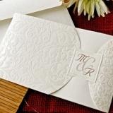 Invitatie alba cu motiv floral embosat